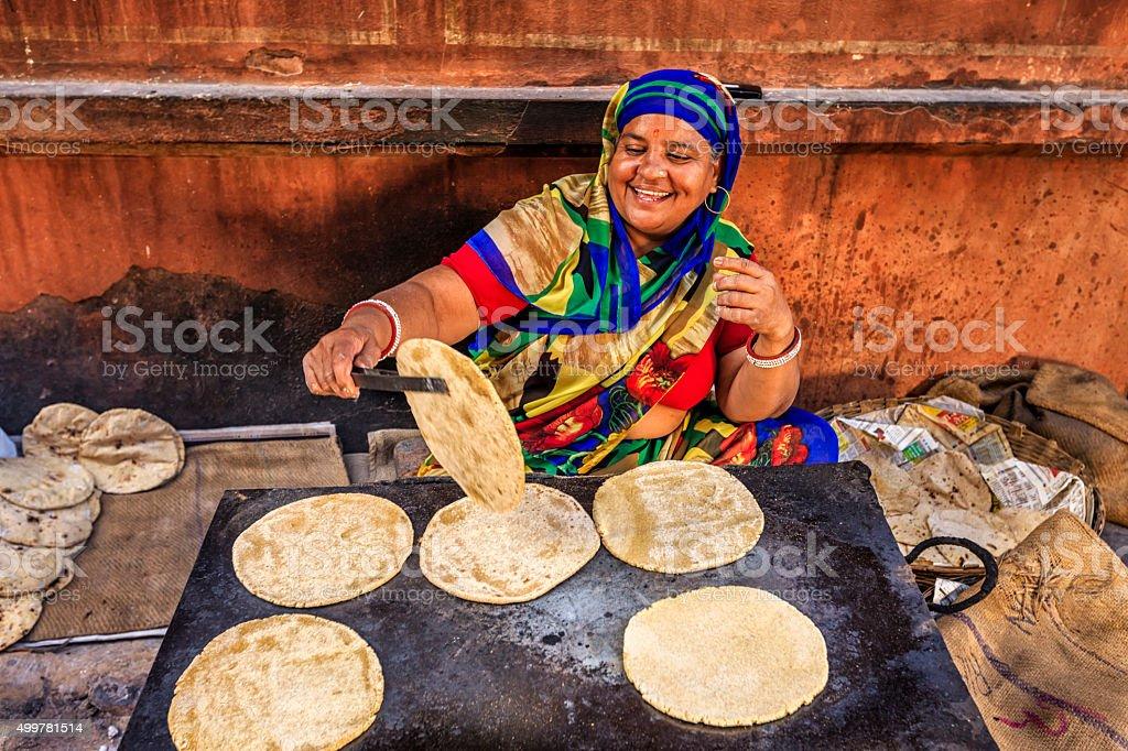 Indian street proveedor Preparación de comida-chapati, pan plano - foto de stock