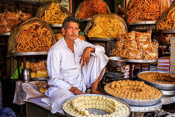 venditore di strada indiani vendita dolci vicino a jaipur, india - bazar mercato foto e immagini stock