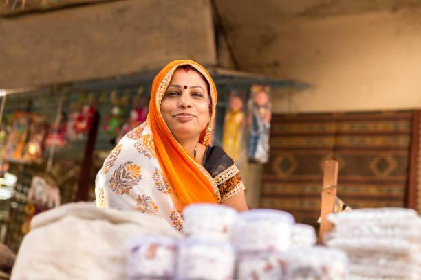 donna venditore di indian street - mercato luogo per il commercio foto e immagini stock