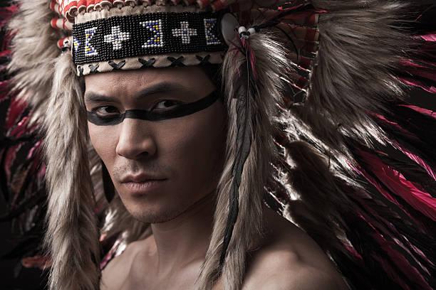 indian starker mann mit traditionellen indianischen make-up - indianer make up stock-fotos und bilder