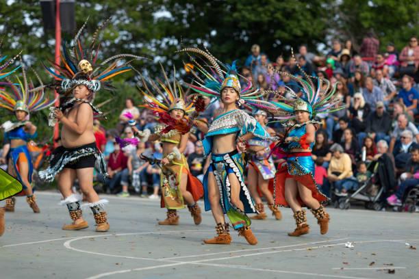indian summer festival - indianer kostüm herren stock-fotos und bilder