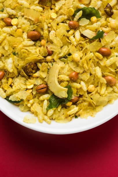 indische traditionelle und beliebte snack poha chivda oder chivada hergestellt aus braten gegenstände wie dünne abgeflachte reis, roter chili, curryblätter, erdnüsse, cashew-nüssen und mandeln. selektiven fokus - mehlmotten stock-fotos und bilder