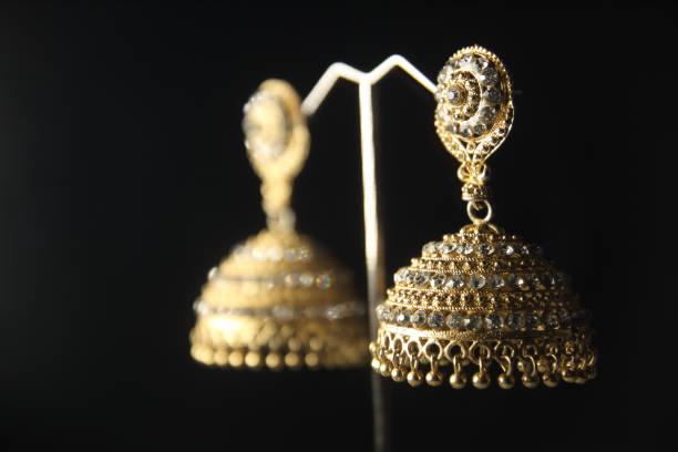 indische traditionelle gold ohrringe - ohrringe tropfen stock-fotos und bilder