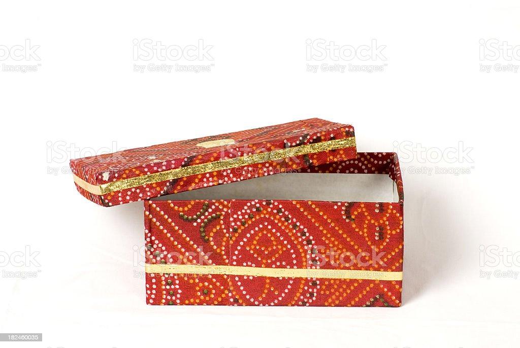 Indian tradicional de tela roja caja abierta foto de stock libre de derechos