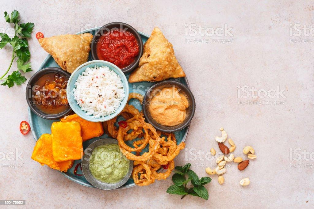 Thali vegetariano indio con arroz jeera, diferentes aperitivos y dips - foto de stock