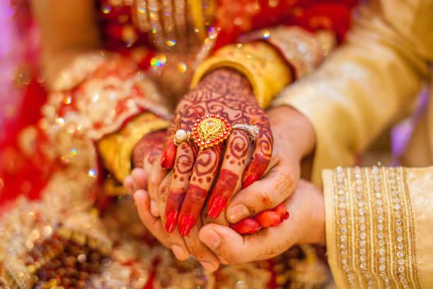 indische hochzeit hände - indische kultur stock-fotos und bilder