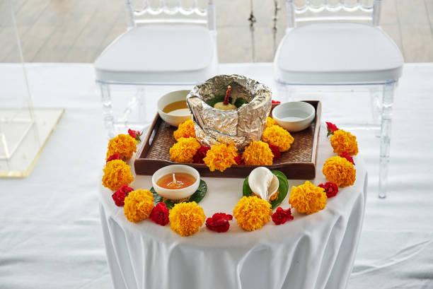 indische hochzeit gebet elemente für thread zeremonie, pooja (puja) am morgen - shell tattoos stock-fotos und bilder