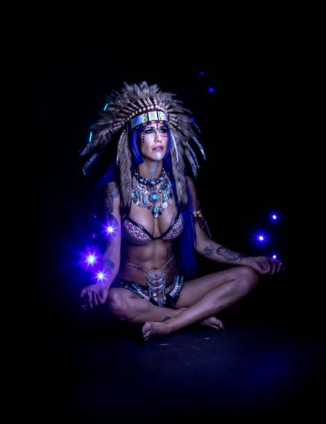 indische frau unter bunten lichtern - indianer make up stock-fotos und bilder