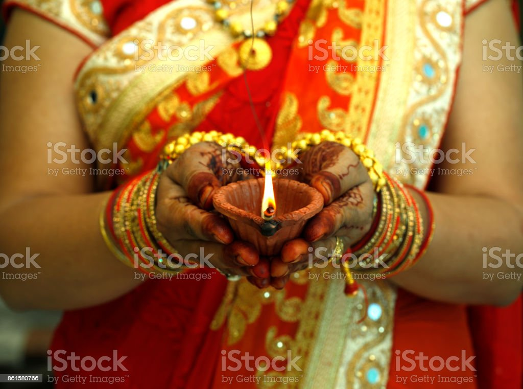 Femme Indienne Tenant Diwali Lampe A Huile Photos Et Plus D Images