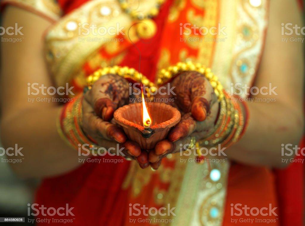 Mulher indiana segurando Diwali lâmpada de óleo - foto de acervo
