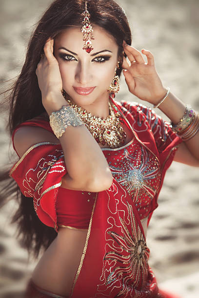 indische frau in traditioneller kleidung - tanz make up stock-fotos und bilder