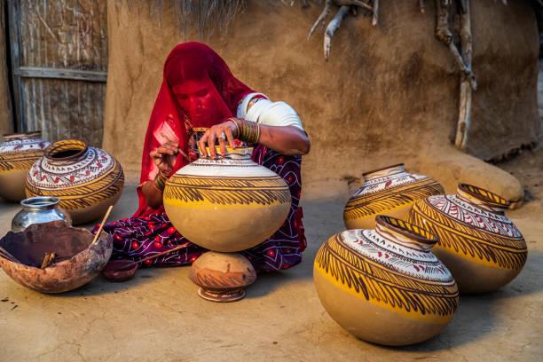 vasos de pintura mulher indiana em seu ateliê, rajastão, índia - cerâmica artesanato - fotografias e filmes do acervo