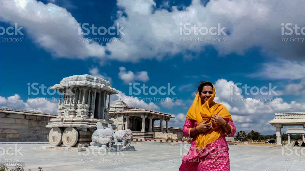 Indian woman standing in front of temple zbiór zdjęć royalty-free