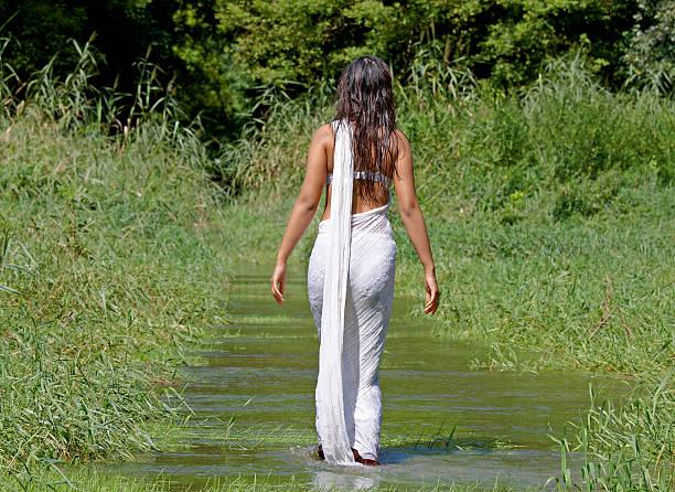 indian woman with sari in the water - hot babes stockfoto's en -beelden