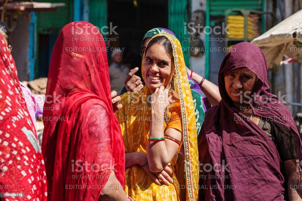 Las mujeres indias vestidas tradicionalmente de compras en el mercado de hortalizas - Foto de stock de Adulto libre de derechos