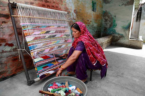 indische frauen weben textil (durry). - teppich baumwolle stock-fotos und bilder