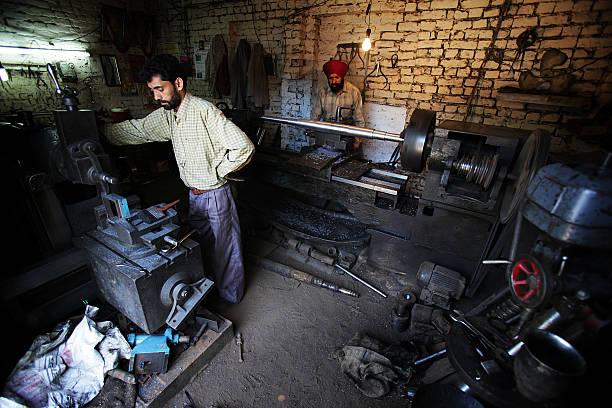 Indischer Mitarbeiter: Metall-Arbeit – Foto