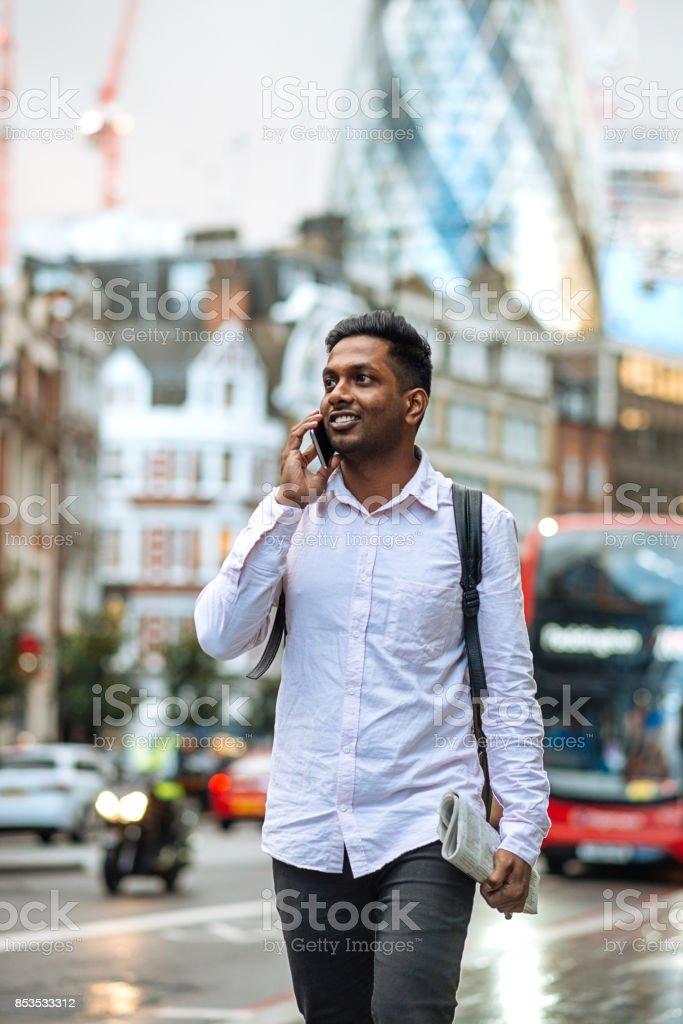 Indischen jungen Mann in London. Mann ist auf der Straße telefonieren. Lizenzfreies stock-foto