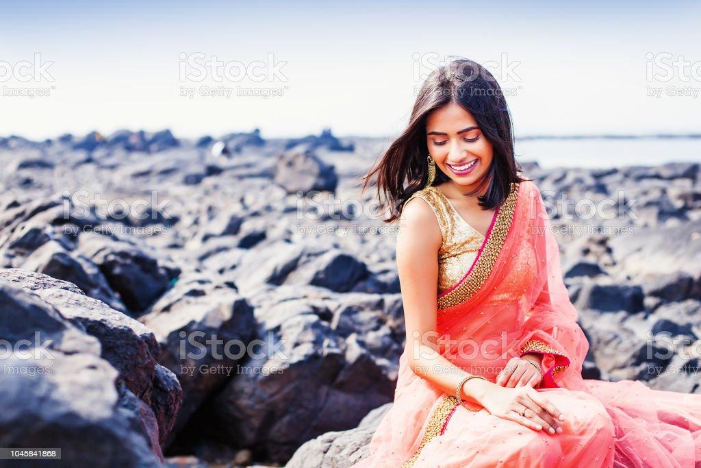 Indische junge Frau trägt saree – Foto
