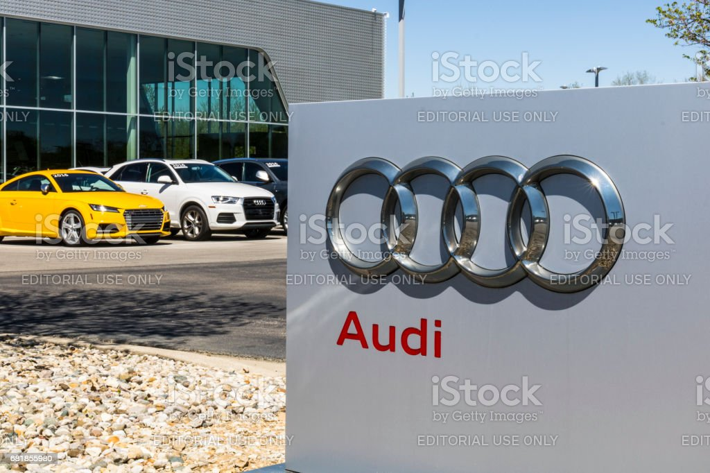 Indianapolis - Circa April 2017: Audi Automobile and SUV luxury car dealership. Audi is a member of the Volkswagen Group I стоковое фото
