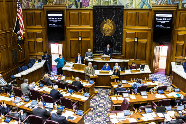 indianapolis - circa abril de 2017: indiana state house de representantes en sesión hacer discusiones para y contra un proyecto de ley - legislación fotografías e imágenes de stock