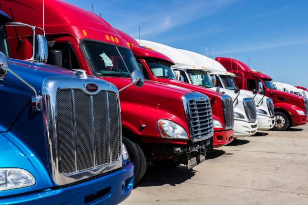 Indianapolis - Circa June 2017: Colorful Semi Tractor Trailer Trucks Lined up for Sale IX - foto stock