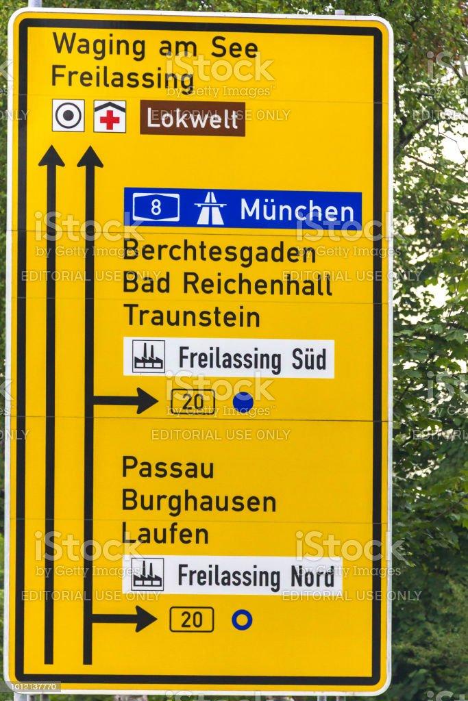 Straßenschild der Richtungen der Bewegung auf Avtobane Nummer acht angibt – Foto