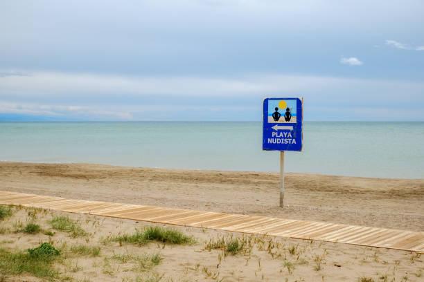 anzeige am strand - fkk strand stock-fotos und bilder