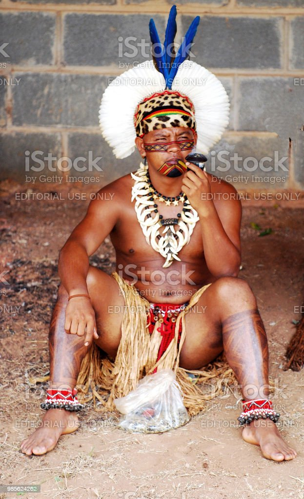les pipeux tatoué  Indigenous-amazonian-sitting-pround-with-his-smoking-pipe-picture-id985624262