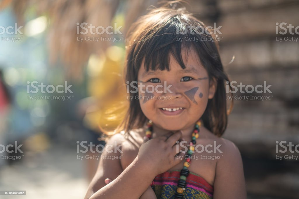 Niño indígena brasileña, retrato de Tupi guaraní etnia - foto de stock