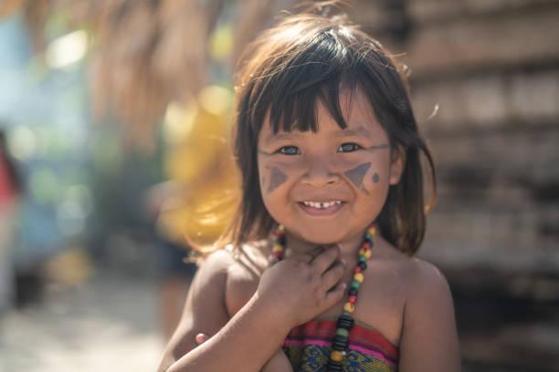 bambino brasiliano indigeno, ritratto dell'etnia tupi guarani - woman portrait forest foto e immagini stock