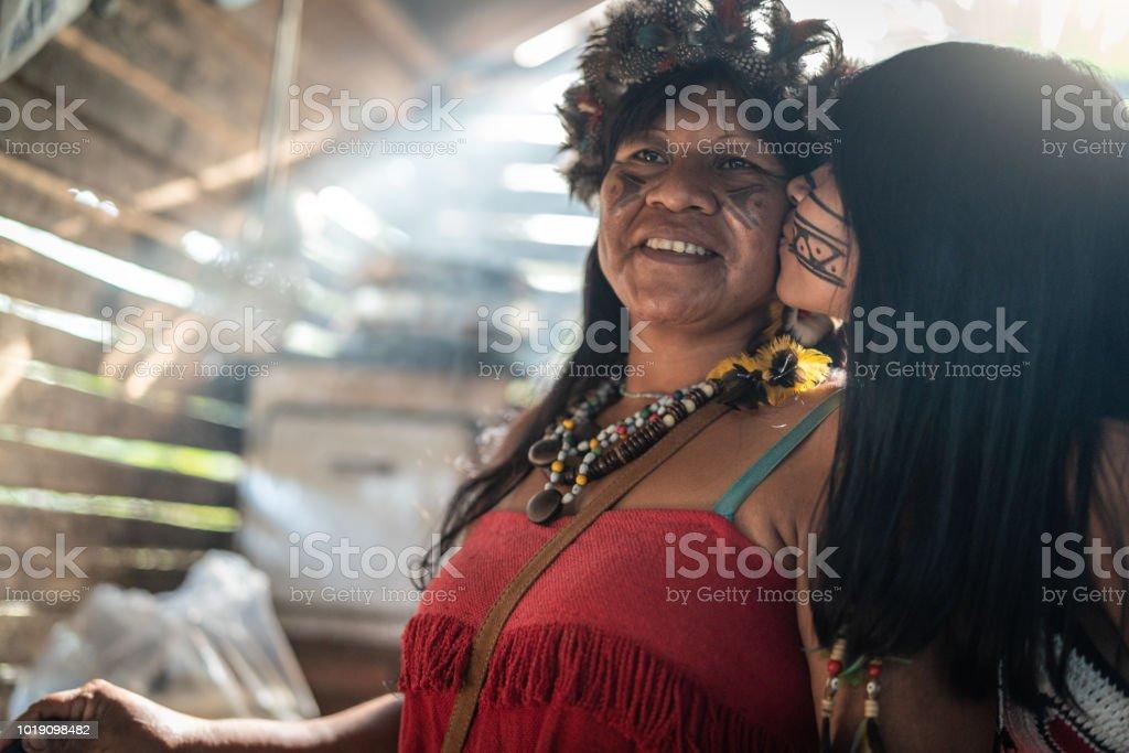 Indígenas brasileiras de mãe e filha de retrato, de etnia de Tupi Guarani, em uma cabana - foto de acervo