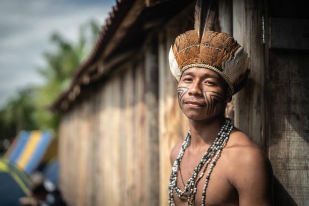 indigenen brasilianischen jungen mann portrait von guarani ethnizität zu hause - indianer kostüm herren stock-fotos und bilder