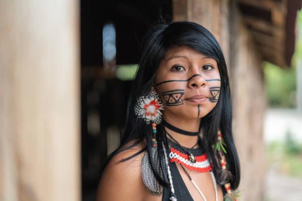 einheimische junge brasilianerin, porträt von guarani ethnizität - kleidung amerikanischer ureinwohner stock-fotos und bilder