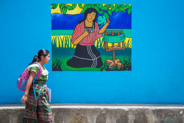indigene guatemaltekische frau wandern neben wandbild. - guatemala stadt stock-fotos und bilder