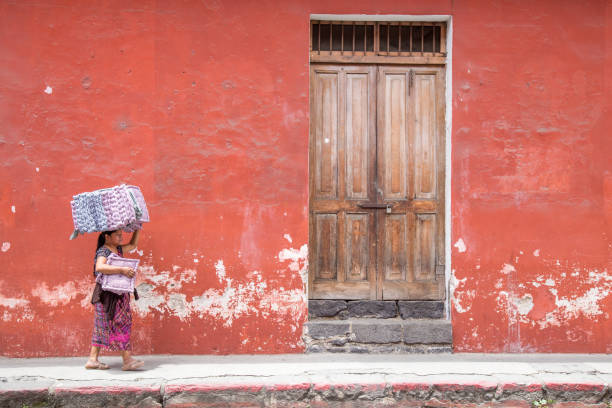 indigene guatemaltekische frau gehen auf antigua straßen - guatemala stadt stock-fotos und bilder