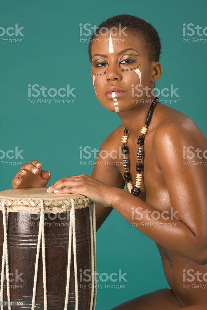 Indígena Afroamericana Mujer Desnuda Con Tambores Foto De Stock Y Más Banco De Imágenes De 20 A 29 Años