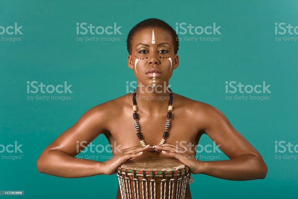 Indígena Afroamericana Mujer Desnuda Con Tambores Foto De Stock Y