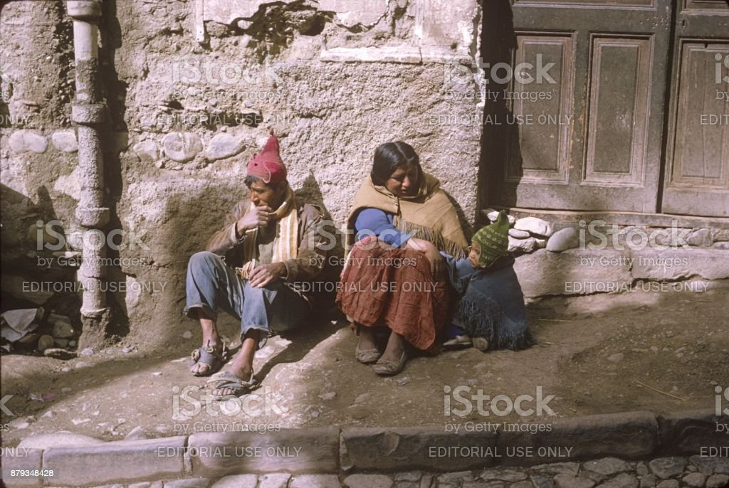 Pais indígenas com filho em La Paz - foto de acervo