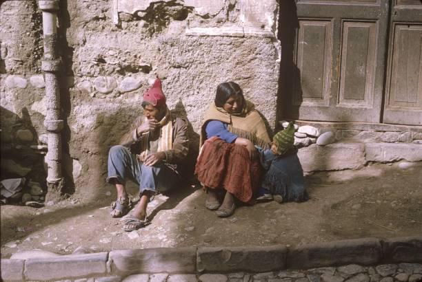 einheimischen eltern mit kind in la paz - indianer kostüm herren stock-fotos und bilder