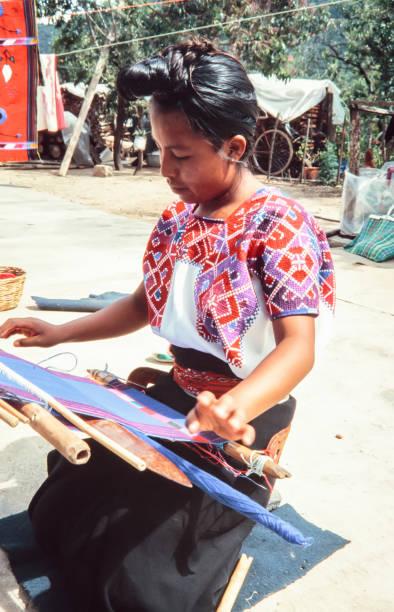 san juan chamula, mexiko - 14. august 1998: indigene tzotzil maya frau eine traditionelle huipil am webstuhl weben. - typisch 90er stock-fotos und bilder