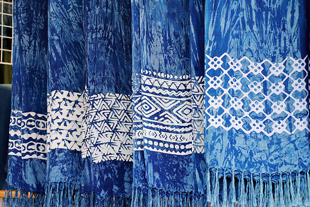 indigo blue scarves for sell at the market - färbemittel stock-fotos und bilder