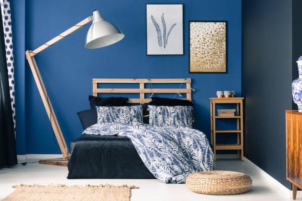 indigo töne im stilvollen schlafzimmer - marineblau schlafzimmer stock-fotos und bilder