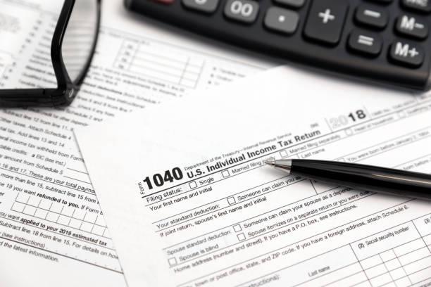 amerikaanse individuele aangifte inkomstenbelasting - 2018 stockfoto's en -beelden