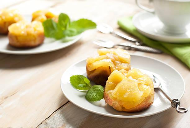 individuelle ananas upside down-kuchen - ananaskuchen stock-fotos und bilder