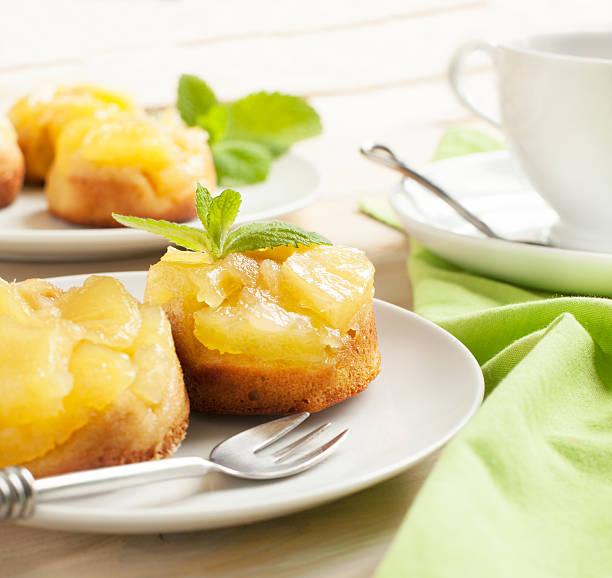 individuelle ananas upside down-kuchen. geringe tiefenschärfe - ananaskuchen stock-fotos und bilder