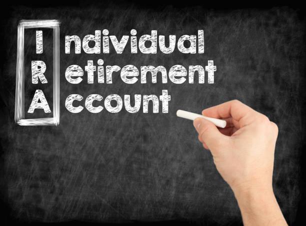 IRA - Individual Retirement Account-Konzept. Hand mit weißer Kreide auf eine Tafel schreiben. – Foto