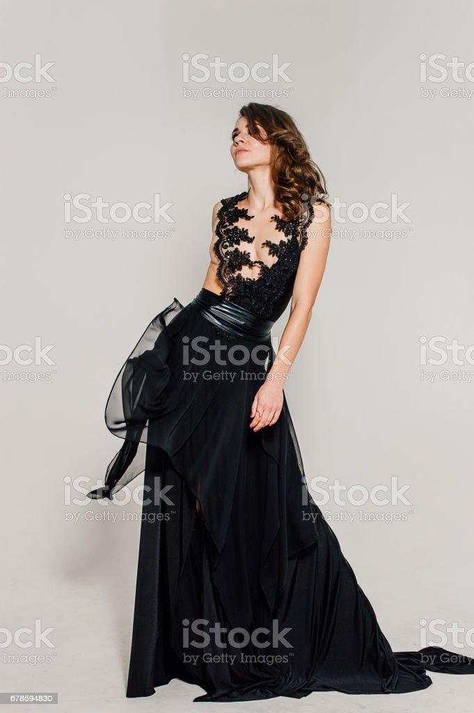Photo Libre De Droit De Individualite Reflechie Elegante Dame En Robe De Soiree De Bal Noir Photo Retouchee De Studio Banque D Images Et Plus D Images Libres De Droit De Adulte Istock