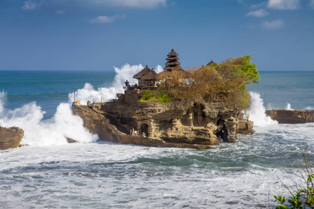 indonesia bali temple tanah lot with big waves – Foto