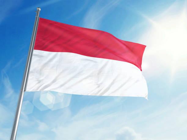 bandeira da indonésia em um fundo de nuvem - bandeira da indonesia - fotografias e filmes do acervo